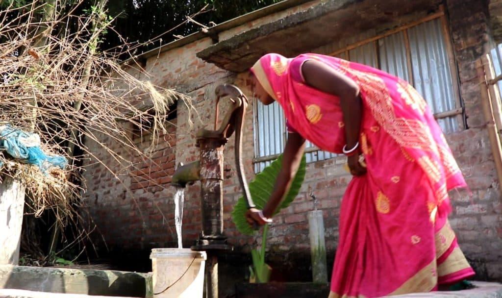 चापाकल इस्तेमाल करती पार्वती देवी